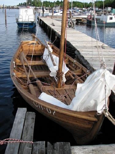 большая гребная или парусная лодка